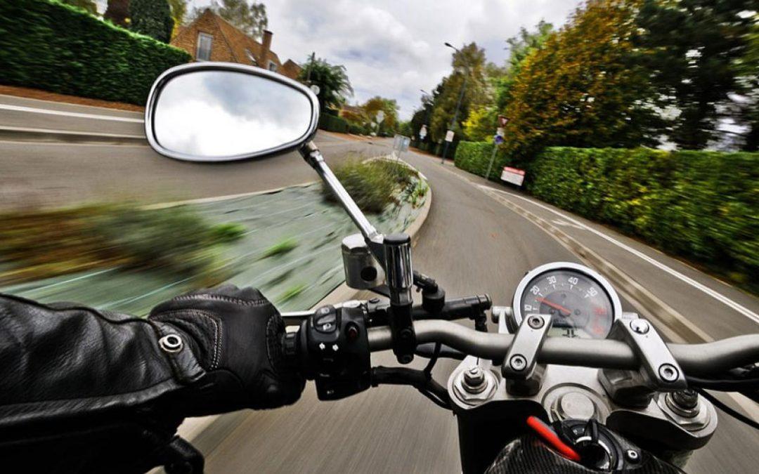 ¿Cómo se maneja una moto?