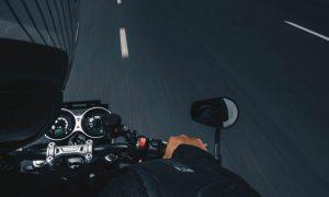 maneja una moto